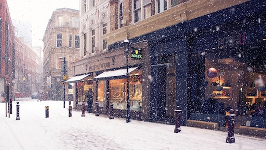 city_winter_europe_street_snow_shopping_59090_2560x1444