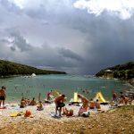 La mare în Croația: Duga Uvala, plaje, mare, soare, pietricele etc