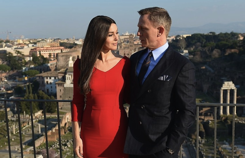 Italian actress Monica Bellucci and British actor Daniel Craig pose during a photocall to promote the 24th James Bond film 'Spectre' on February 18, 2015 at Rome's city hall. AFP PHOTO / TIZIANA FABI