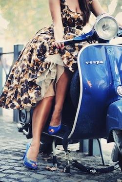 fashion-girl-motor-vespa-vintage-Favim.com-317893